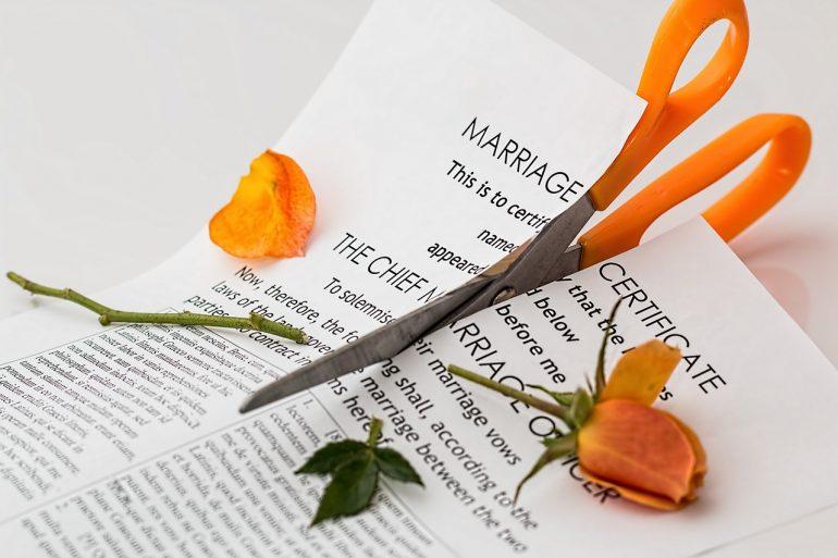 Datant pas encore divorcé